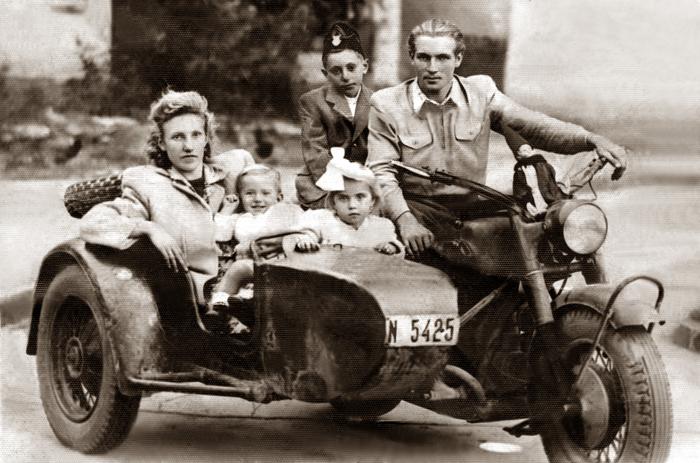 Erről a régi fényképről mennyi büszkeség sugárzik. Itt egy nagy családi boldogságot látunk!